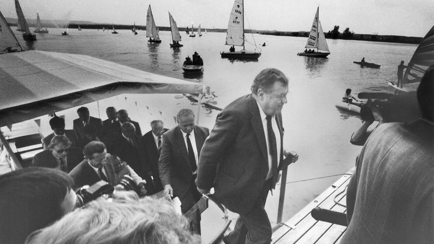 1988 kam das fränkische Seenland seiner Vollendung ein Stück näher: In Anwesenheit des Ministerpräsidenten wurde der erste Abschnitt des Wasserbauprojektes eingeweiht. Franz Josef Strauß sprach von einem 'denkwürdigen Ereignis'. Tausende von Gästen feierten in Muhr und Absberg mit.