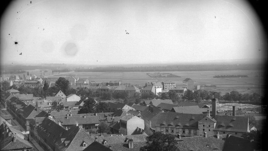 Dies ist eine der ältesten Aufnahmen aus Erlangen auf einem Glasplattennegativ aus dem Jahr 1891. Der Ausblick vom Turn der Neustädter Kirche zeigt auch die Kitzmann Brauerei, die es seit 1712 gibt.