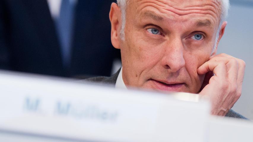 26. März 2016: Mehrerer VW-Manager entlasten Konzernchef Matthias Müller. Müller wurde vorgeworfen, er habe schon Wochen vor dem Eingeständnis des Autobauers vom Einsatz einer verbotenen Software gewusst. Gleichzeitig sollen die Top-Manager auf ihre üppigen Boni verzichten.