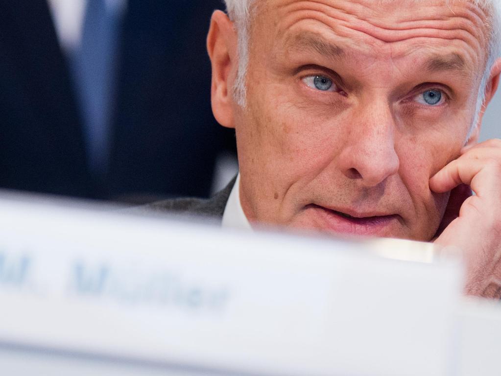 26. März: Mehrerer VW-Manager entlasten Konzernchef Matthias Müller. Müller wurde vorgeworfen, er habe schon Wochen vor dem Eingeständnis des Autobauers vom Einsatz einer verbotenen Software gewusst.