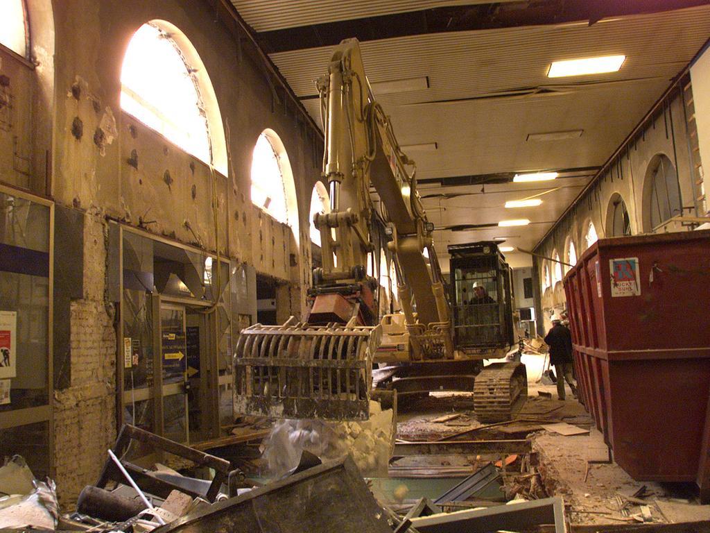 Doch der Umbau wurde zu einer sehr zähen Angelegenheit. Nach dem Spatenstich am 26. April 1999 passierte die ersten Monate relativ wenig. Hauptverantwortlich für die Verzögerungen waren die alte Bausubstanz (bspw. die Arkaden in der westlichen Zwischenhalle), fehlende Pläne aus der Erbauungszeit 1900-1905 sowie der laufende Bahnbetrieb.