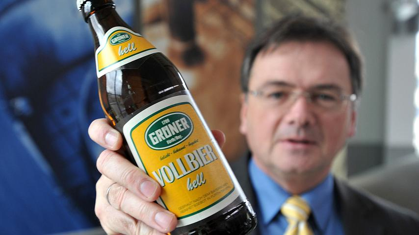 Seit 2011 bietet die Brauerei Tucher zur Freude der Fürther wieder Grüner Bier an. Tucher-Chef Fred Höfler mit einer Flasche.