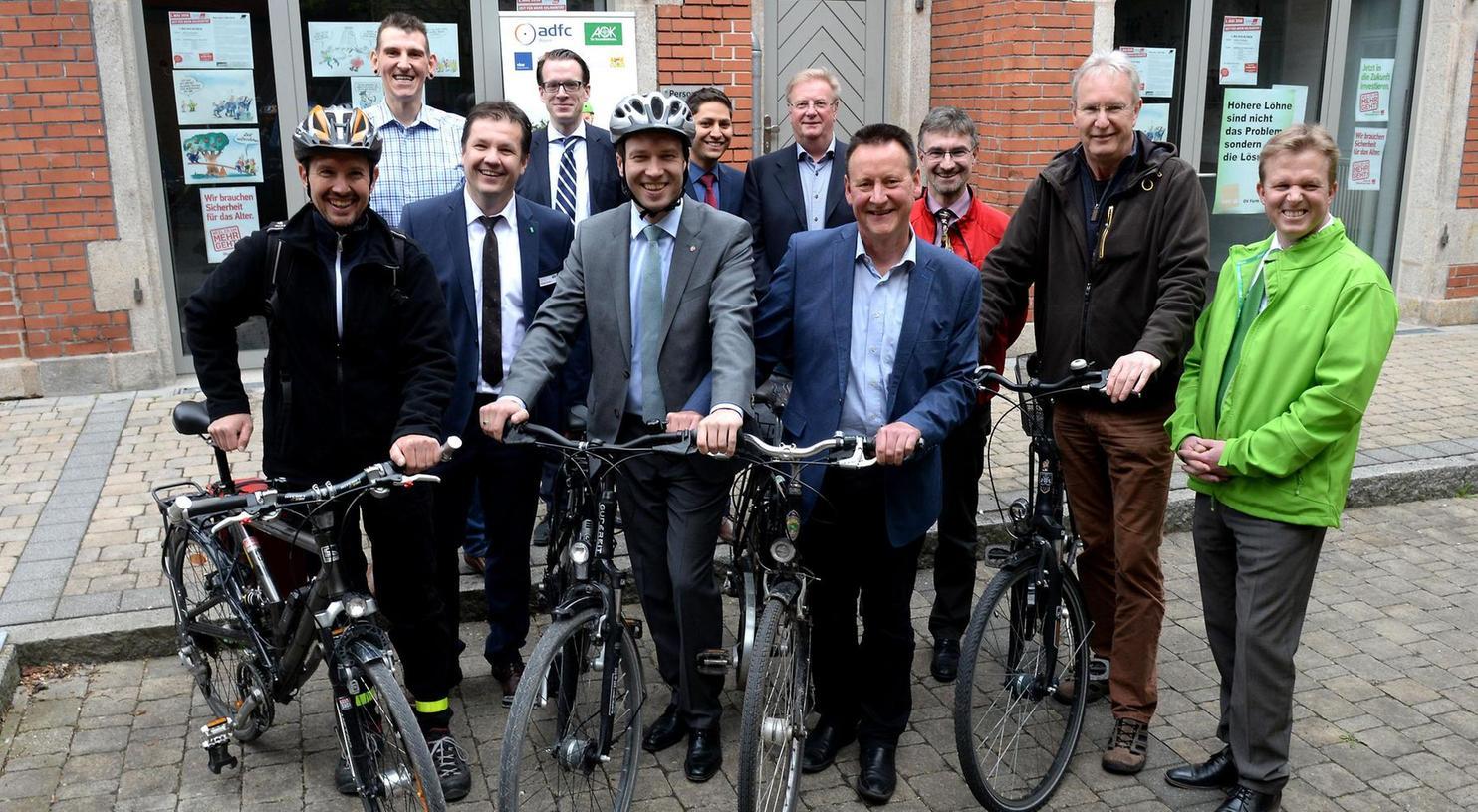 """Startschuss für die Aktion """"Mit dem Rad zur Arbeit"""" im Hof des Technischen Rathauses: Auch Oberbürgermeister Thomas Jung und Landrat Matthias Dießl (4. u. 7. v. re.) sind mit Fahrrädern gekommen."""