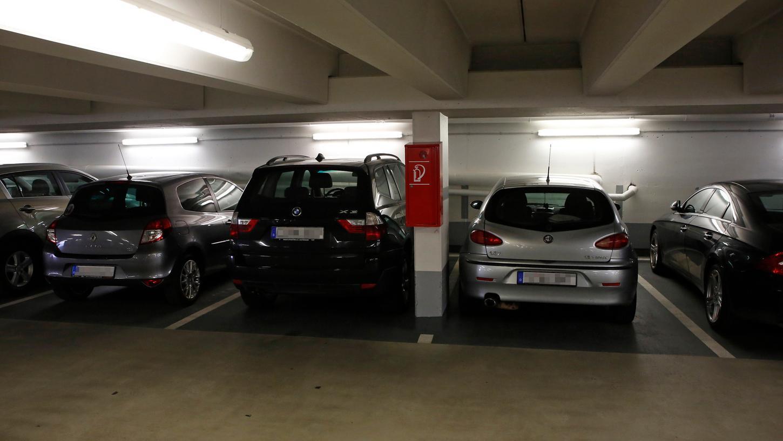 Neben einem SUV wird es eng: In Nürnbergs Parkhäusern herrscht Platznot.
