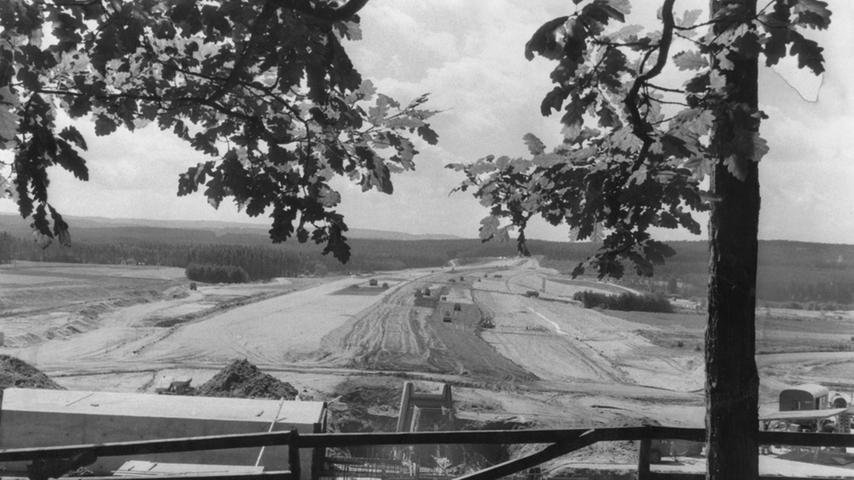 Spätestens bis zum Jahr 2000 sollte die über 900 Hektar große Brombach-Hauptsperre vollendet sein. Die Einstauphase des Sees mit seinen 132 Millionen Kubikmetern Wasser dauerte mehrere Jahre. Baumaschinen ratterten pausenlos, um den 1800 Meter langen und an der Talsohle 250 Meter breiten Damm aufzuschütten.
