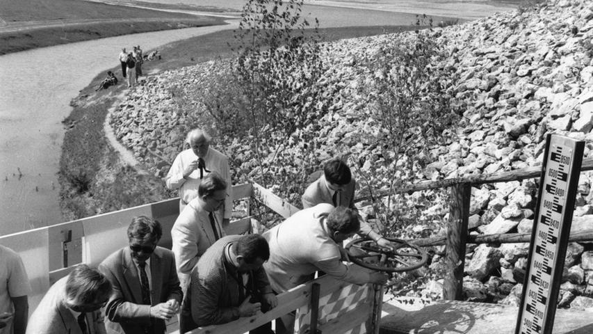 Im Jahr 1993 begann die offizielle Flutung des größten Gewässers im Fränkischen Seenland: Exakt um 14.49 Uhr wurde der Grundablaß des Großen Brombachsees bei Pleinfeld verschlossen und die Schleuse zugedreht. Zunächst wurde ein Grundsee mit einer Fläche von 60 Hektar aufgestaut.