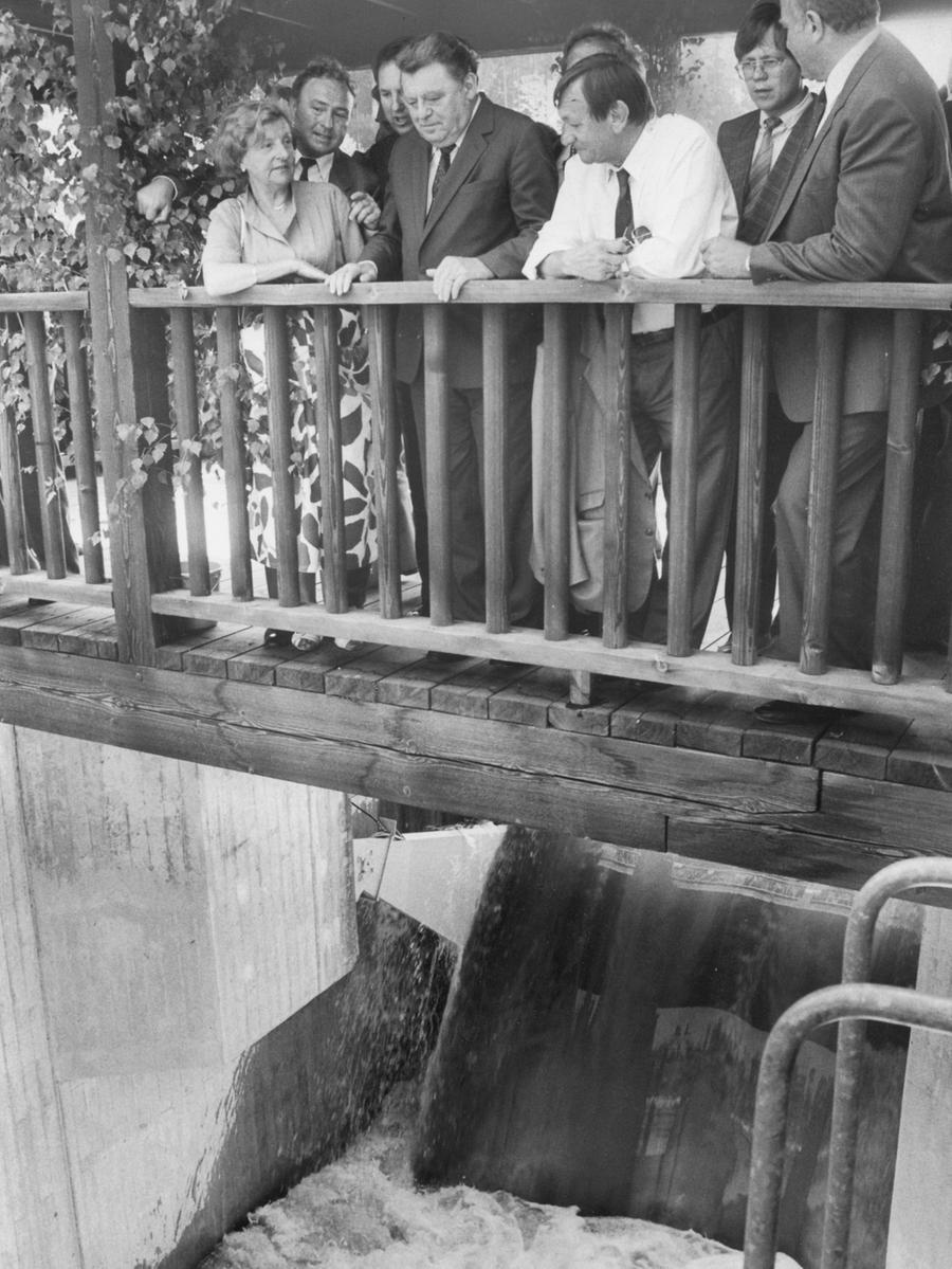 Den historischen Tag ließ sich die Politprominenz nicht entgehen: Franz Josef Strauß öffnete per Hebeldruck die Schleuse, an der das Wasser ausAltmühl- und Brombachsee zusammenfließen.Bezirkstagspräsident Georg Holzbauer (rechts daneben) und zahlreiche andere prominente Politiker aus Mittelfranken standen staunend daneben.Minister Hillermeier sprach beim Einweihungsfest für das größte europäische Wasserbauprojektvon einem 'Jahrtausendwerk'.