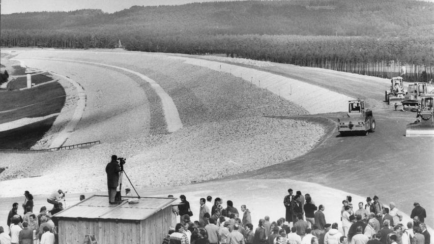 Im September 1989 ein weiterer Meilenstein: Das Talsperren-Neubauamt Nürnberg und die am Bau beteiligten Firmen feierten den Abschluß der Arbeiten an der Brombach-Hauptsperre bei Pleinfeld. Vier Millionen Kubikmeter Sandstein- und Tonmaterial wurden seit Anfang 1986 zu einem 40 Meter hohen und 1,7 Kilometer langen Damm aufgeschüttet.