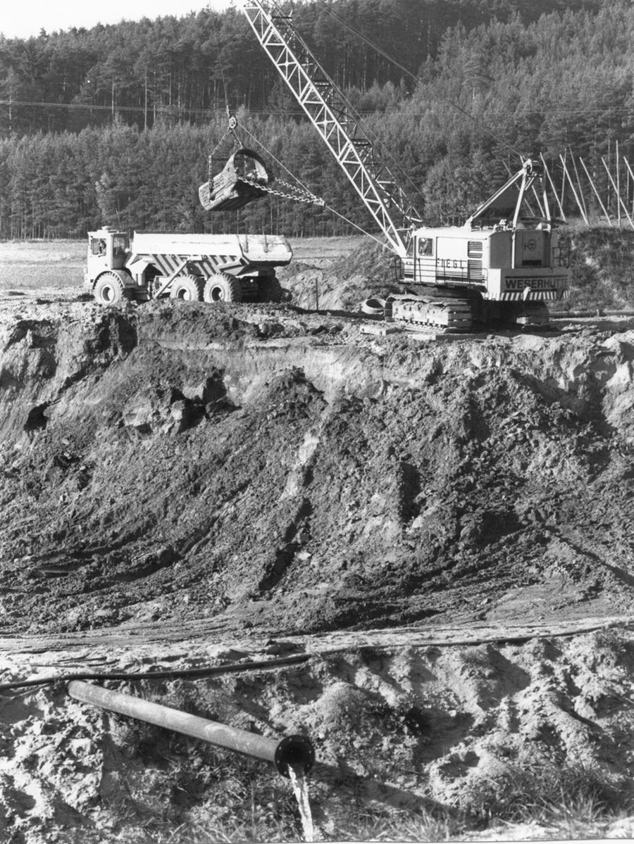 Für die Aufstauung des Igelsbachsees im Norden des Seenlands musste zunächst moorhaltiges Erdreich ausgebaggert werden, dann wurde der Damm aufgeschüttet.