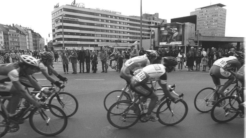 Der Plärrer gehört keineswegs allein dem motorisierten Verkehr, wie dieses Foto von einem Radrennen beweist.