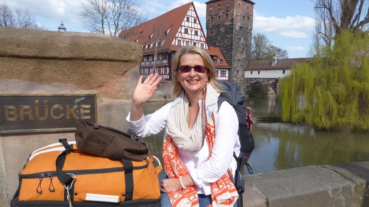 So fing alles an: Elke Zapf vor dem Abflug an der Pegnitz. Man sieht: Wer die Welt sehen will, reist mit leichtem Gepäck.