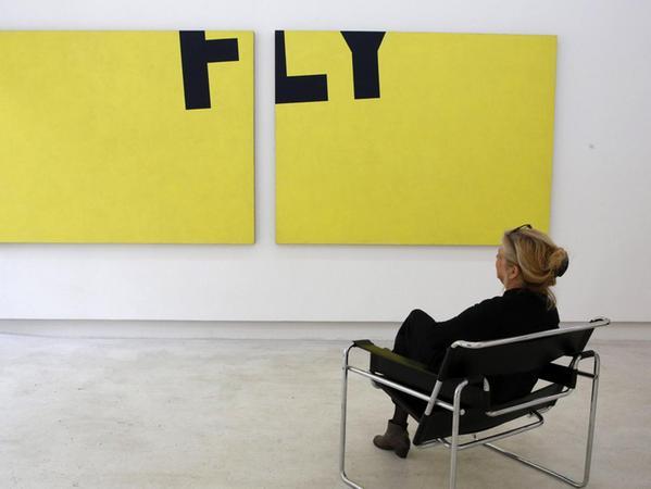 """Das Wort """"Fly"""" entschwebt auf dem zentralen Bild der Ausstellung von Diet Sayler im Kunstkontor."""