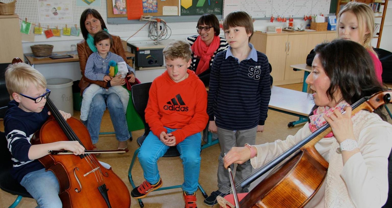 Niklas Naht versucht sich mit Hilfe von Musiklehrerin Natalia Stein.