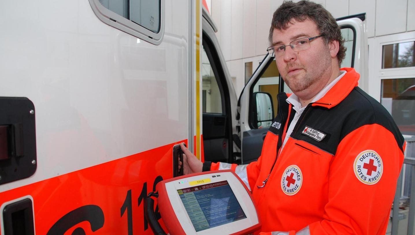 Matthias Schiffler vom BRK zeigt das NIDApad, das mit Diagnosegeräten im Rettungswagen vernetzt ist.
