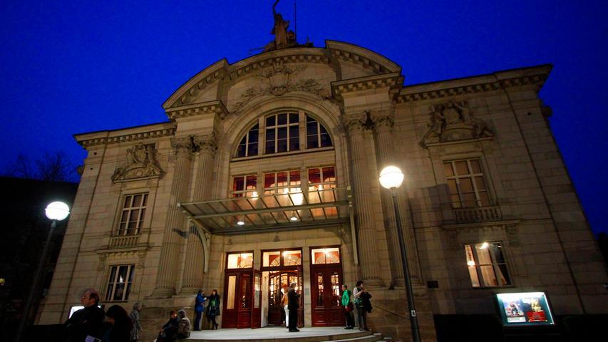 Wo sind die schönsten Bühnen in der Region? Dazu gehört ohne Zweifel das Fürther Stadttheater an der Königstraße,  gegenüber der Pfarrkirche