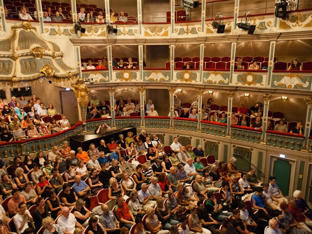Willkommen im Erlanger Markgrafentheater! Ursprünglich wurde es in den Jahren 1715 bis 1719 errichtet. Doch Wilhelmine von Bayreuth wollte für ihre Nebenresidenz ein prachtvolleres Haus: Also beauftragte sie Giovanni Paolo Gaspari mit dem Umbau des Hauses. Ist das Bayreuther Opernhaus das größte erhaltene Barocktheater in Deutschland, so ist das Markgrafentheater...