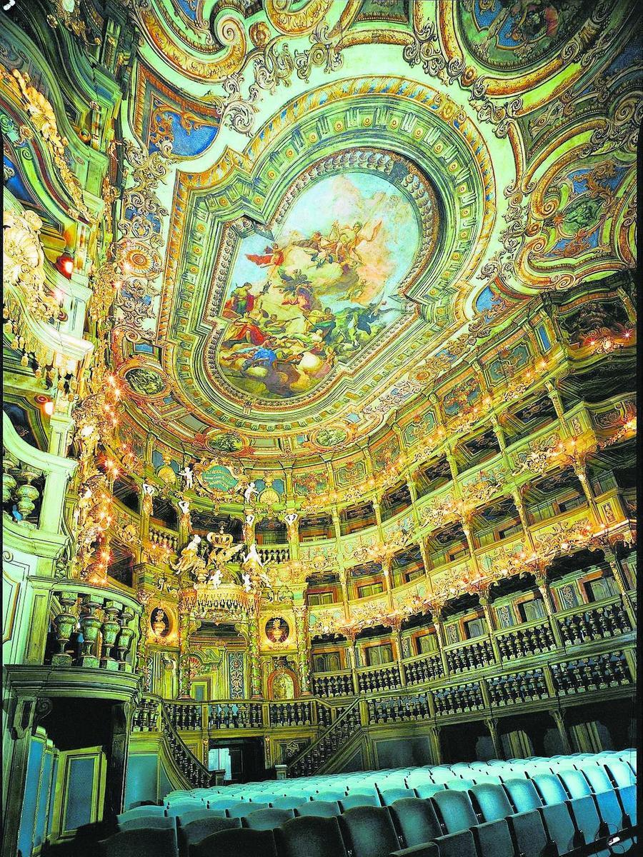 In dieser Pracht soll das Markgräfliches Opernhaus in Bayreuth bis zum Frühjahr 2018 wiedererstehen. Deutschlands größtes (und für viele schönstes) noch erhaltene Barocktheater wurde zwischen 1744 und 1748 im Auftrag Wilhelmine von Bayreuth nach Plänen des italienischen Theaterdekorateurs Giuseppe Galli Bibiena durch den Hofarchtiekten Joseph St. Pierre errichtet.