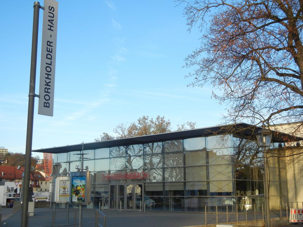 """Im April 2007 wurde der erste Intendant Jürgen Eick berufen, damals schrieb unter anderem die Süddeutsche Zeitung vom ungewöhnlichen """"theatralischen Pioniergeist"""" der Stadt. Seit Beginn der Spielzeit 2015/16 ist Susanne Schulz Nachfolgerin Eicks, sie leitete zuvor das Theater Naumburg in Sachsen-Anhalt."""