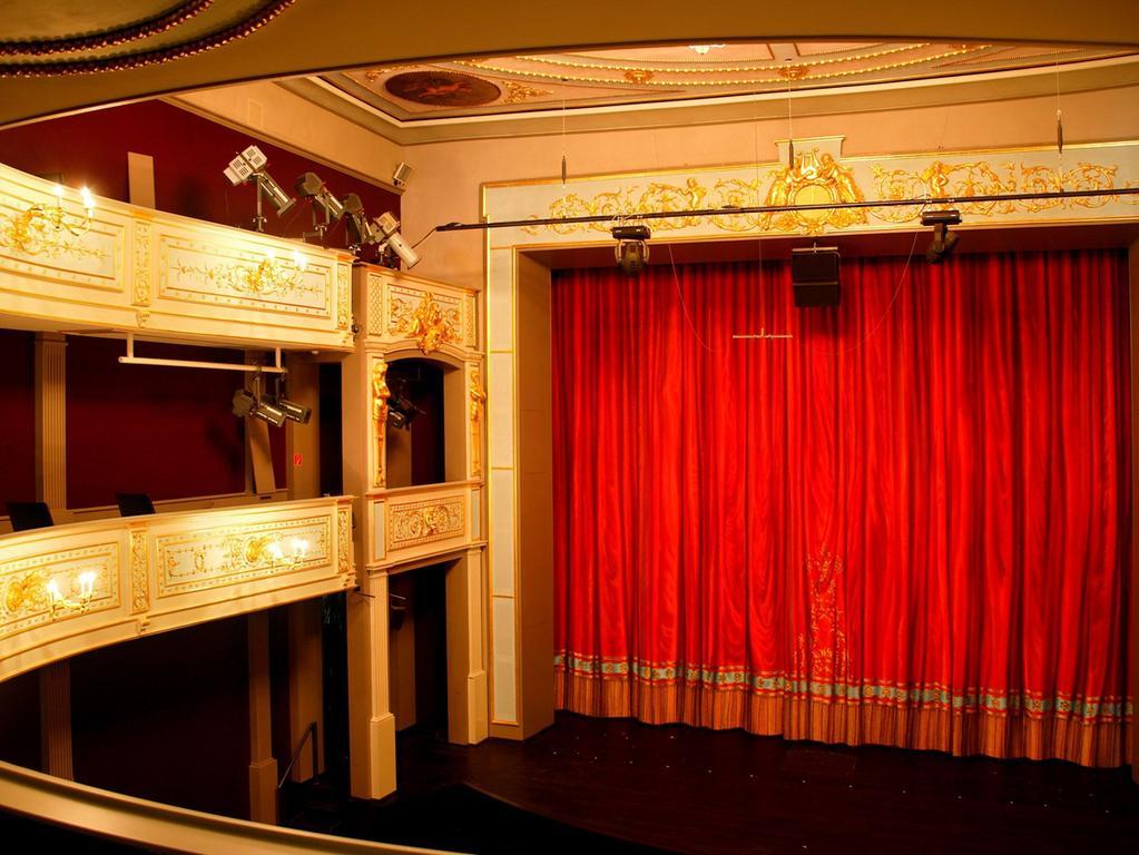 Ein Blick in den neoklassizistischen Zuschauerraum, der unter dem Stadtbaumeister Karl Georg Lang 1861 dekorativ ausgestaltet wurde.