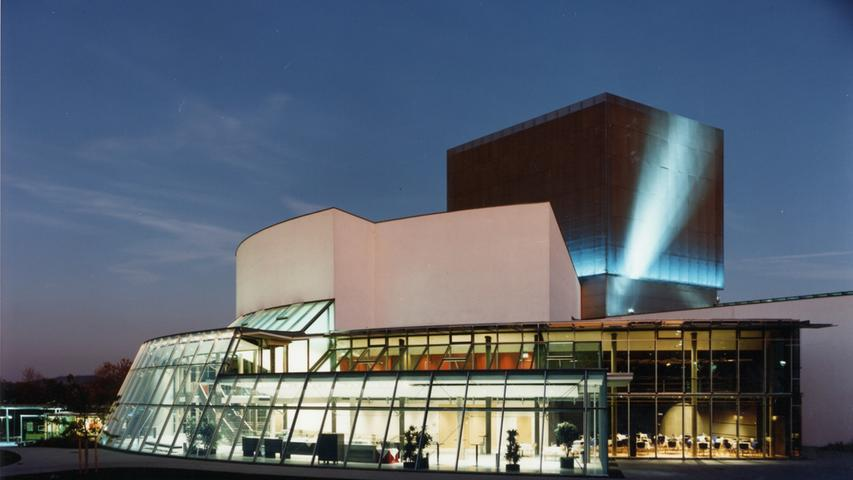 Ein Blick Richtung bayerisch-sächsische Landesgrenze: Am 1. Juli 1990 fiel der Beschluss, das neue Theater Hof an der Kulmbacher Straße zu errichten. Zur Finanzierung wurden 84 Millionen DM aufgebracht. Das neue Haus verfügte damit über 544 Sitzplätze und wurde am 23. September 1994 eröffnet.