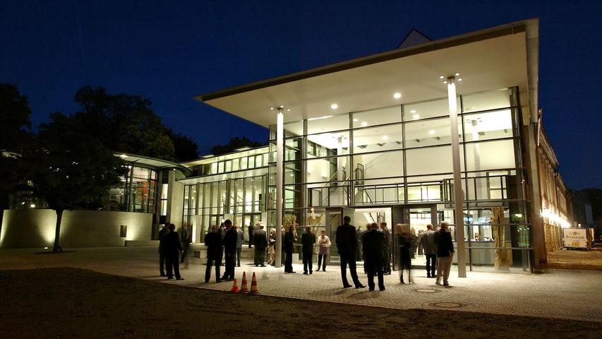 """1997 wurde ein Wettbewerb zur Theatersanierung ausgeschrieben, dessen """"Gewinner"""" der Architekt Klaus Springer aus Hannover war. 1999 begannen die umfangreichen Sanierungen. Mit der Wiedereröffnung des Hauses nach seiner Sanierung und Erweiterung im Oktober 2003 kam zum Großen Haus mit gut 400 Plätzen und dem Studio mit zirka 100 Plätzen das Gewölbe mit etwa 60 Plätzen."""