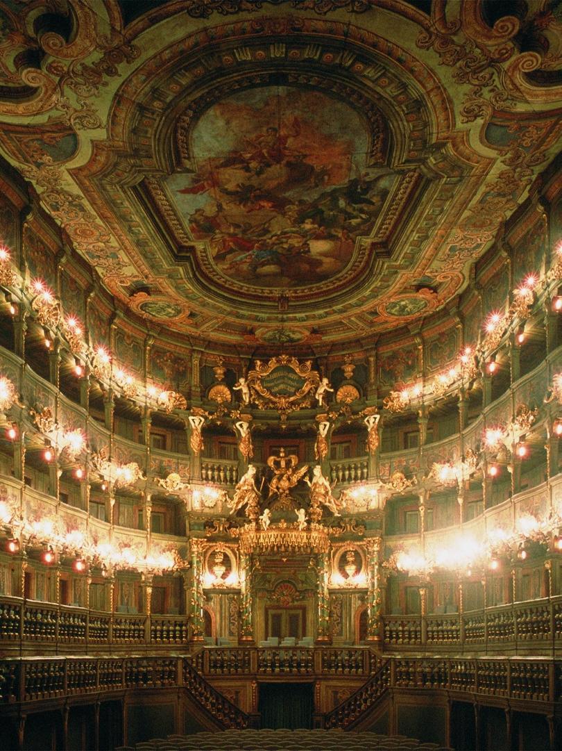 Prachtvolle Festbeleuchtung im Markgräflichen Opernhaus zu Bayreuth, das wegen seiner noch vollständig erhaltenen Holztäfelung als einmalig in Europa gilt.