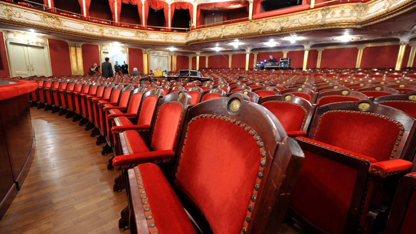 An 250 Abenden im Jahr sind sie im Einsatz: Die Stühle im Fürther Stadttheater. Das 1902 eröffnete Haus fasst 730 Zuschauer und wurde von dem namhaften Wiener Architektenbüro Fellner & Helmer entworfen.