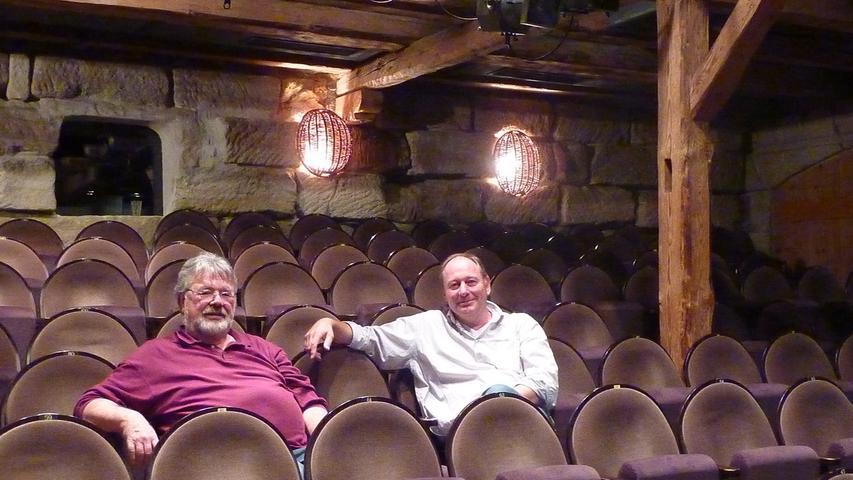 Einfach, klein aber fein: Das Dehnberger Hof Theater (DHT) ist eine in einem alten Bauernhof eingerichtete Theaterbühne im Ortsteil Dehnberg der Stadt Lauf an der Pegnitz. Die Gründung des Theaters geht auf das Jahr 1973 zurück, als der Bauernhof von Wolfgang Riedelbauch, Kapellmeister am Opernhaus Nürnberg, und seiner Frau erworben wurde. Als Kernstück des Theaters wurde die ehemalige Hopfenscheune des Hofes in eine 200 Zuschauer fassende Bühne umgebaut. Später folgten weitere, den Theaterbetrieb ergänzende Umbaumaßnahmen. Zu sehen sind auf unserer Aufnahme Gründungsintendant Wolfgang Riedelbauch (links) und der jetzige Theaterleiter Reiner Weiß.