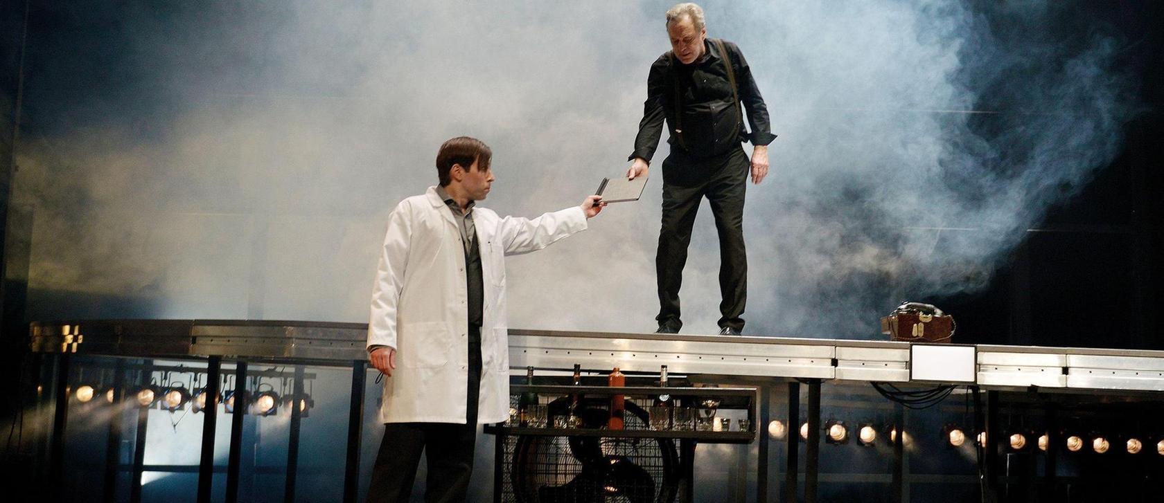 Ausgerechnet Oderbruch (Hans Machowiak) steckt hinter den Sabotageakten, dabei hat ihm General Harras (Gerd Silberbauer) gerade ihm blind vertraut.