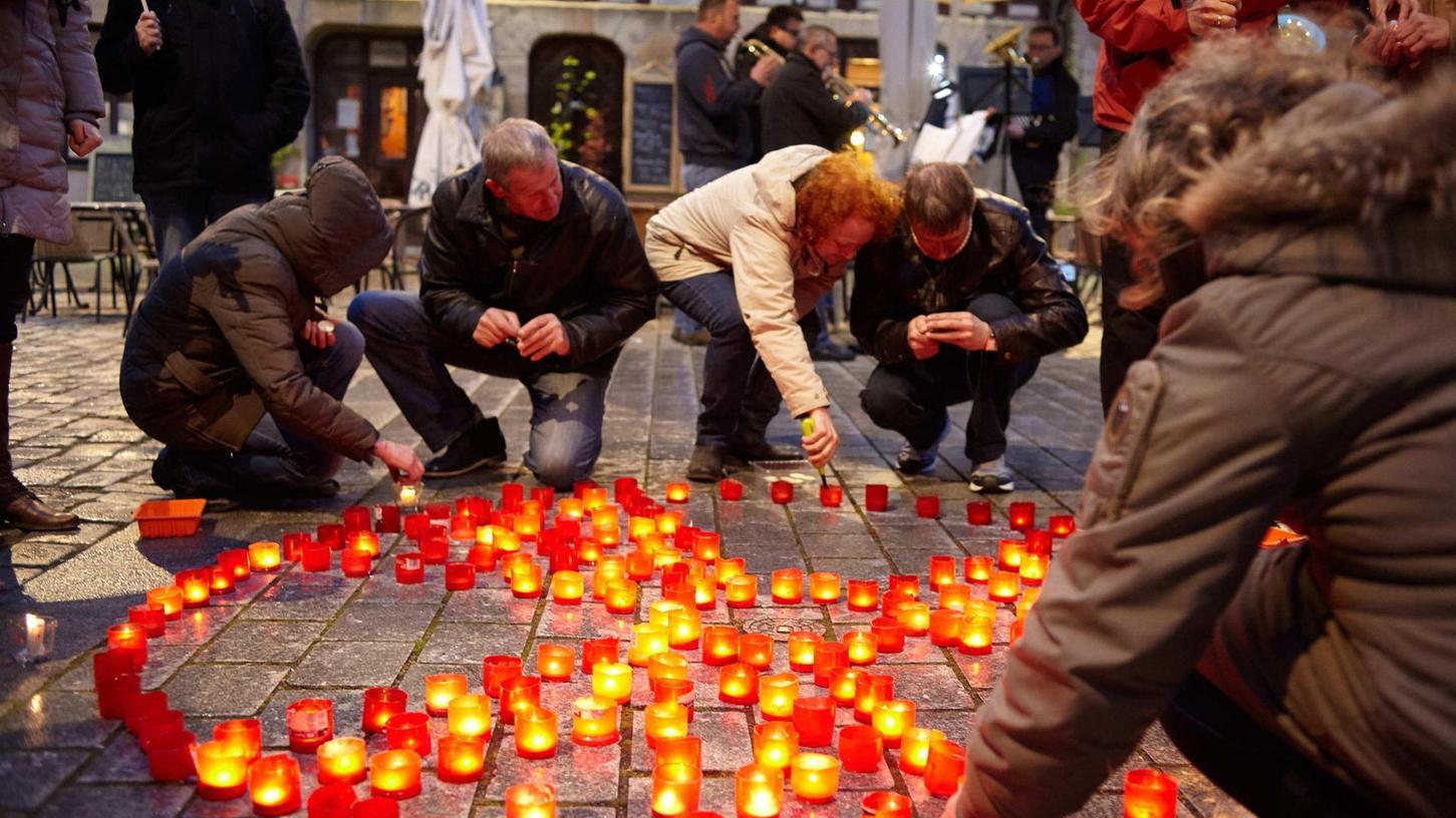 Mit Kerzen formten die Aktivisten ein Radioaktiv-Zeichen auf dem Grünen Markt.