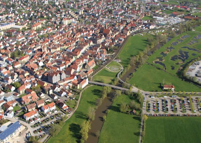 In Gunzenhausen fließt die Altmühl noch in einem monotonen Kanalbett. Ab 2018 soll auch dieser Abschnitt renaturiert werden. Bei der Umgestaltung soll auch eine Insel mit Aussichtsturm entstehen. Die Ufer werden flach gestaltet und sind künftig gut zugänglich.