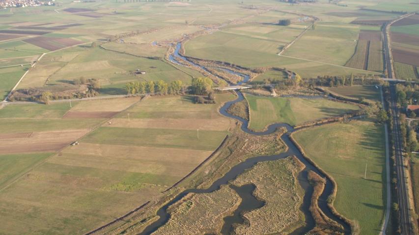 Diese 2008 bei Ehlheim entstandene Luftaufnahme zeigt gut, wie der renaturierten Altmühl wieder Platz gegeben wird, um sich in weiten Schleifen und mit mehreren Nebenarmen durch das Tal zu schlängeln.