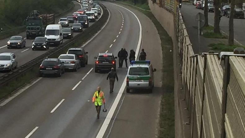Die Straße ist gesperrt, nur fünf Fahrzeuge stehen auf der Fahrbahn Richtung Fürth. So gestaltete sich die Situation auf der Südwesttangente.