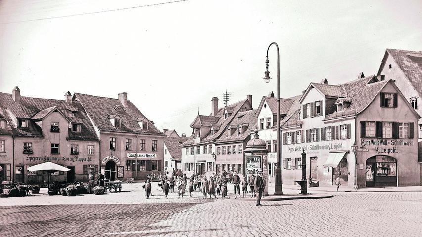 Eine Kleinstadt mitten in der Großstadt: Wöhrd lag inmitten Nürnbergs, wurde im August 1943 durch Bomber der Royal Air Force aber fast völlig zerstört. Lediglich zwei Häuser und der Pavillon im Cramer-Klett-Park sind übrig geblieben, die zerstörte Bartholomäuskirche wurde weitgehend dem Vorgängerbau entsprechend wieder aufgebaut. Ein Rundgang durch das zerstörte Alt-Wöhrd in Bildern. Die Aufnahme aus dem Jahr 1916 zeigt die Westseite des Wöhrder Marktes. Im Gasthaus Amsel befand sich das Kino der Vorstadt, die