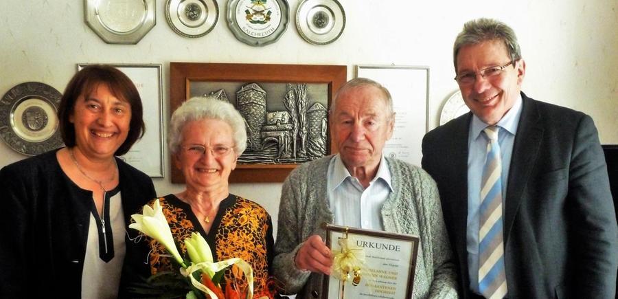 """Vor 60 Jahren haben Hans und Wilhelmine Wagner geheiratet, sodass jetzt die Diamantene Hochzeit gefeiert werden konnte. Dazu überbrachte Bürgermeister Herbert Saft die Glückwünsche der Gemeinde sowie Blumen und einen Geschenkkorb. """"Möge ihnen die Zukunft noch viele gemeinsame Jahre in Glück und Gesundheit beschieden sein"""", heißt es in der Urkunde. Für den Landkreis und im Namen von Landrat Alexander Tritthart gratulierte die stellvertretende Landrätin Gaby Klaußner; sie hatte ebenfalls ein Geschenk mit dabei. """"Auf die Glückwünsche von der Gaby freue ich mich ganz besonders"""", meinte Hans Wagner. Viele Bilder schmücken das Wohnzimmer, sie zeigen die zwei Kinder, vier Enkel und einen Urenkel. Hans Wagner hat mit seinen 85 Jahren noch ein erstaunlich gutes Gedächtnis. Er hat als Wagner gelernt, den Betrieb von seinem Vater übernommen und bis 1975 als Wagner gearbeitet. Bis zu 15 Personen waren früher im Betrieb bei seinem Vater beschäftigt, auch Lehrlinge wurden ausgebildet. In Arbeitsteilung mit der Schmiede in der Nachbarschaft wurden nach dem Krieg in der Wagnerei insbesondere Gummiwägen für die Kalchreuther Landwirte gebaut, viele sind heute noch im Gebrauch. 25 Jahre war Hans Wagner dann bei der Firma Conrad in Röckenhof beschäftigt, bis 1991 auch seine Frau Wilhelmine. Daneben war Hans Wagner in vielen Vereinen und in der Gemeindepolitik aktiv. So war er 1966 Bürgermeisterkandidat der Freien Wähler und bis 1978 Mitglied im Gemeinderat. Schon seit 1948 und bis 1990 war er aktiv bei der Freiwilligen Feuerwehr und seit 1947 bis heute ist er aktiver Sänger beim Männergesangverein 1848 Kalchreuth."""