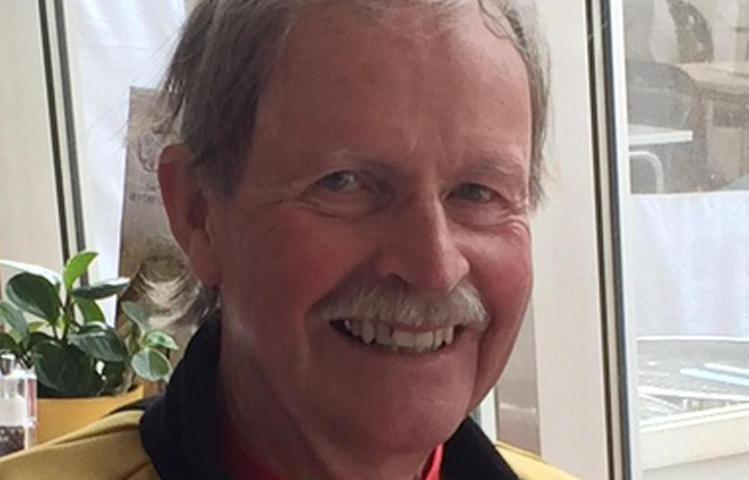 Der Vorstand der Radsportabteilung von Siemens in Erlangen gratuliert seinem Masters-Mitglied Werner Niemeyer zum 75. Geburtstag. Gerade ist er mit seinen Masters-Kollegen von einer Mallorca-Trainingswoche zurückgekehrt. Aber auch künstlerisch ist Niemeyer tätig, gilt als herausragender Maler. Während andere fotografieren, wirft er seine Urlaubs-Impressionen aufs Papier. Seine Radler-Bilder sind der Hingucker auf der Vereins-Homepage — www.radsport-sgs.de — jeden Monat ziert ein neues Motiv die Startseite, am Ende des Jahres gibt es einen Radler-Kalender.