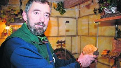 Versteinertes Holz: Seine Fundstücke präsentiert Horst Prachar interessierten Besuchern gerne.