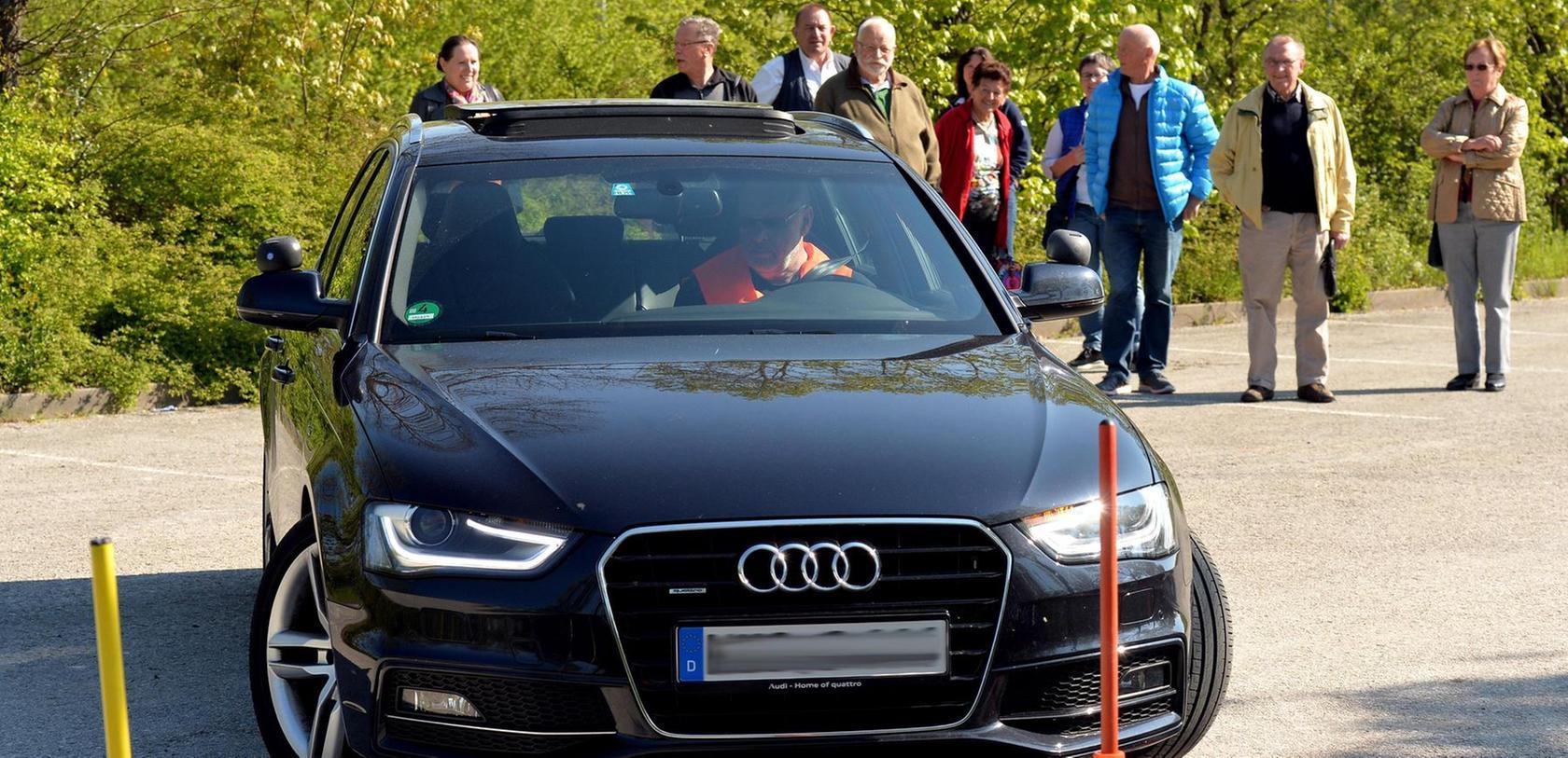 Fahrtraining auf dem Parkplatz am Freibad: Fahrlehrer Peter Fischer macht vor, wie man optimalerweise in eine Parklücke kommt. Später üben die Senioren die verschiedenen Einparktechniken.