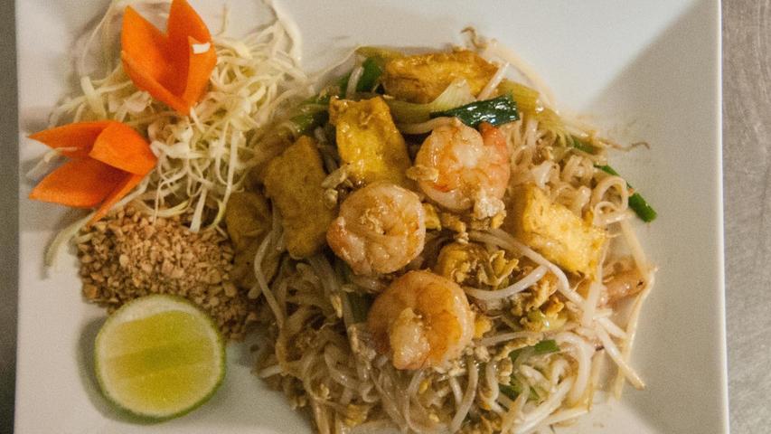 Garnelen, ein wenig Tofu und Sprossen gesellen sich im thailändischen Curry zueinander. Gewürzt wird mit Limette.