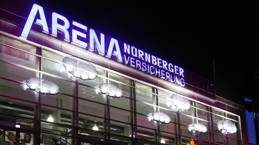 In unmittelbarer Stadion-Nähe jagen Nürnbergs beste Eishockey-Spieler der Hartgummischeibe hinterher. 2001 wurde die Multifunktionshalle eröffnet, die seitdem den davor im mit Patina-und-Bierdunst-überzogenen Linde-Stadion in der Bayreuther Straße beheimateten Kufencracks, die Möglichkeit bietet, ihre Lieblingssportart erstklassig auszuüben.