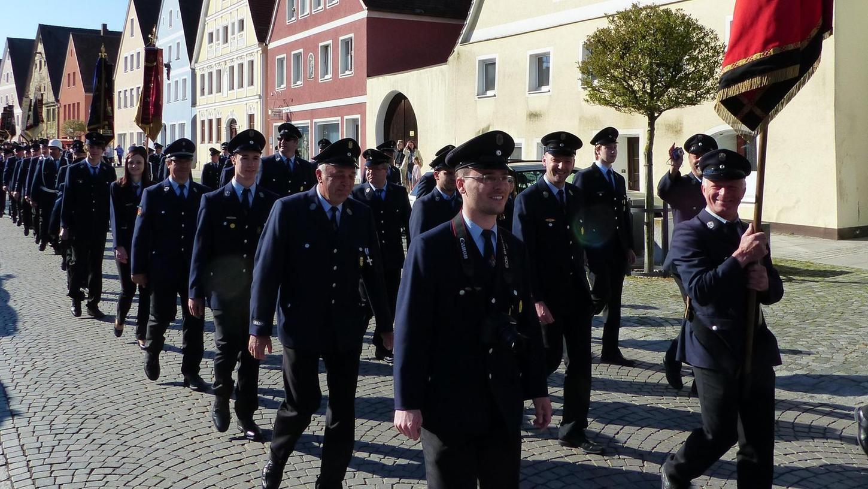 In einem langen Festzug gingen die uniformierten Feuerwehrler durch Freystadt, die Ortswehren schritten hinter ihren wertvollen bestickten Fahnen.