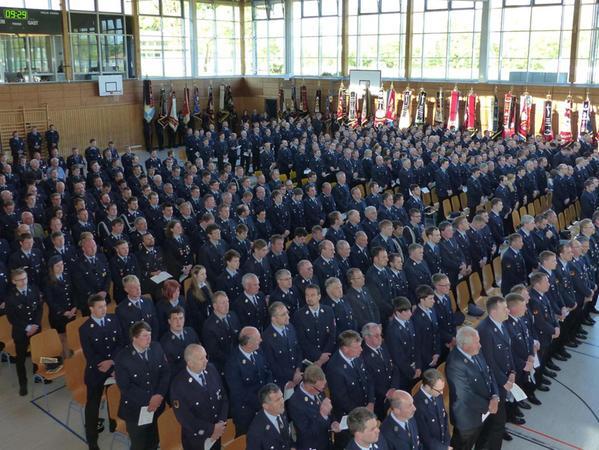 In der Mehrzweckhalle feierten die Feuerwehrleute aus den ganzen Landkreis einen Festgottesdienst zu Ehren ihres Schutzpatron, des Heiligen Florians.