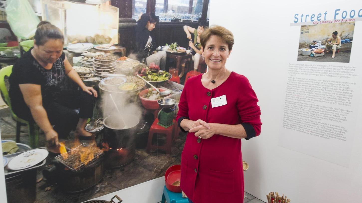 Michaela Schneider vor ihrer Installation einer Straßenküche in Hanoi. Das Frauenmuseum in Burgfarrnbach zeigt mit Bildern, Objekten, Kunst- und Alltagsgegenständen, was weltweit auf den Tisch kommt.