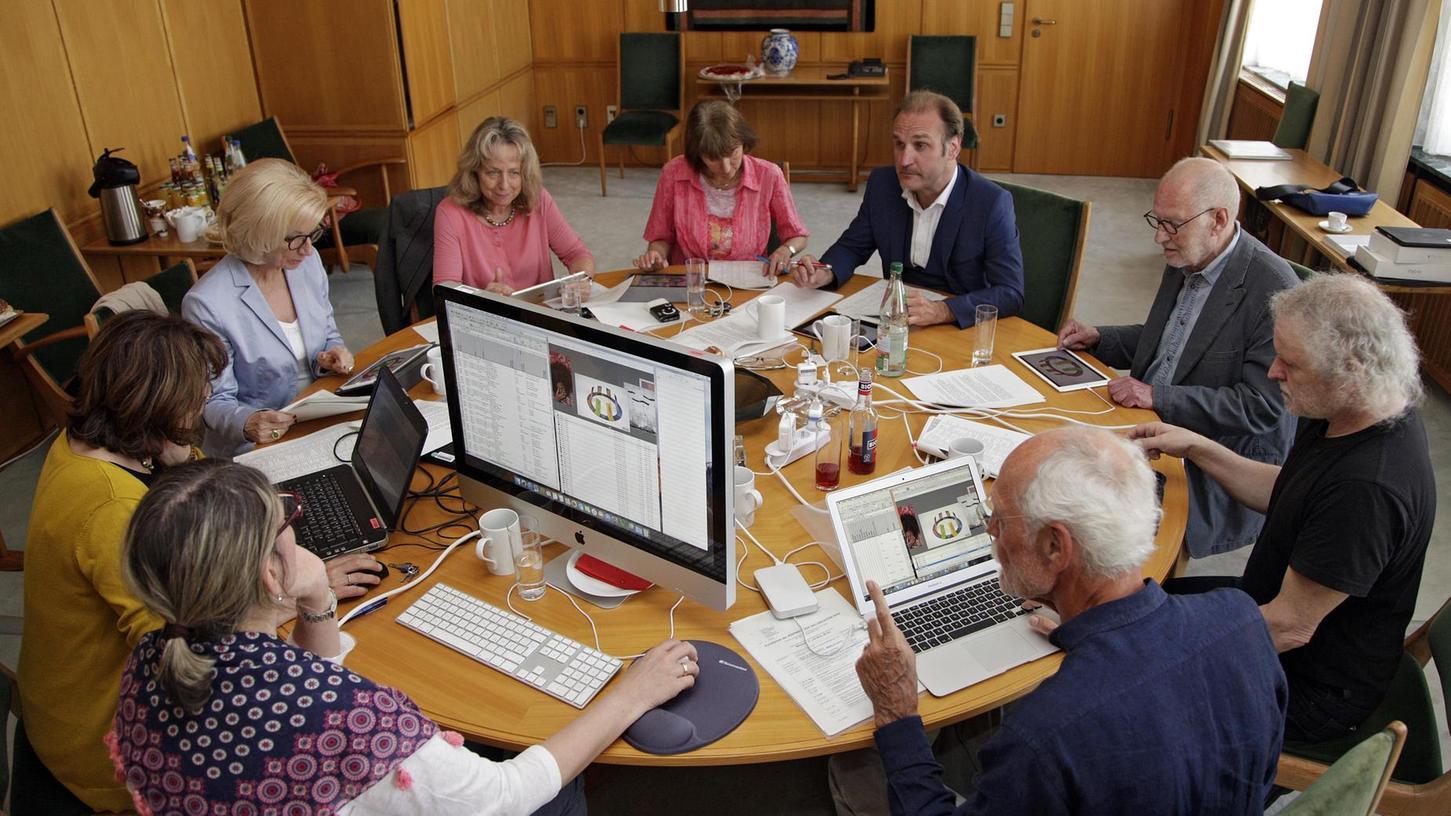 Die NN-Kunstpreis-Jury bei der digitalen Sichtung der Arbeiten: Vorsitzende Julia Lehner (3.v.li.), rechts neben ihr im Uhrzeigersinn Bärbel Schnell, Sabine Schnell-Pleyer, Toni Schnell, Joachim Bleistein, Werner Tögel, Wolfgang Stolpe.