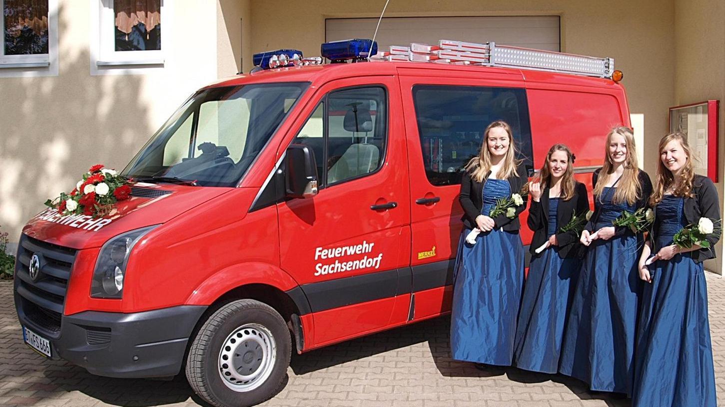 Ganzer Stolz der Feuerwehr Sachsendorf ist ihr neues Tragkraftspritzenfahrzeug, das beim Gemeindefeuerwehrtag gesegnet und von den Festdamen umrahmt wurde.