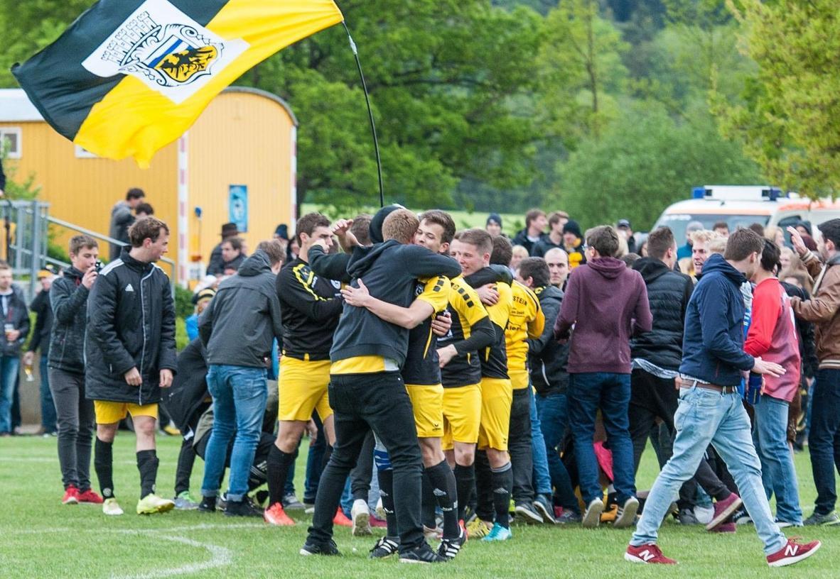 Auf dem Platz setzte sich der TV Hilpoltstein im Elfmeterschießen gegen den TSV Meckenhausen durch, daneben sorgten seine Fans mit Pyrotechnik für Stimmung. Nach dem Spiel lagen sich die Burgherren allesamt in den Armen.