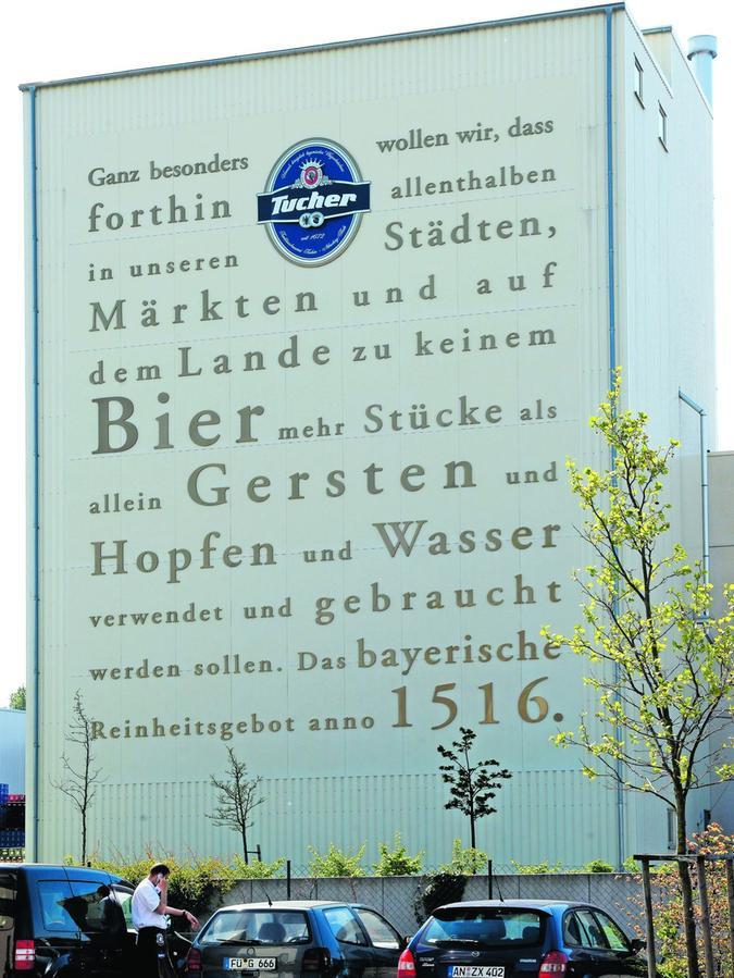 """""""Das Reinheitsgebot ist für uns sehr wichtig"""", sagt Höfler. Das zeigt sich auch auf dem Brauereigelände, wo es unübersehbar prangt."""
