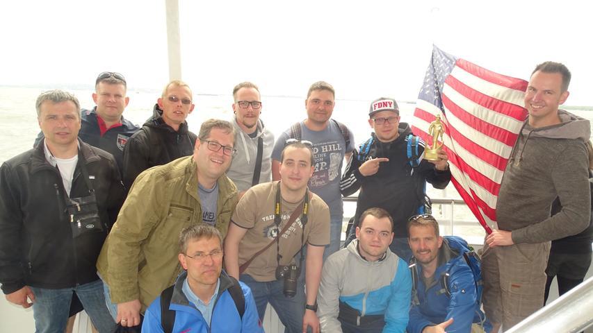 Auch Sightseeing stand auf dem Programm: Hier ein Gruppenbild während einer Bootstour um Manhattan, der goldene Firefighter-Oscar immer mit dabei.