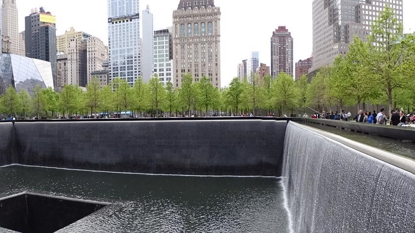 Ground Zero, die zentrale Gedenkstätte für die knapp 3000 Opfer der Terroranschläge vom 11. September 2001. Hier stand der Nord-Turm des ehemaligen World Trade Centers.