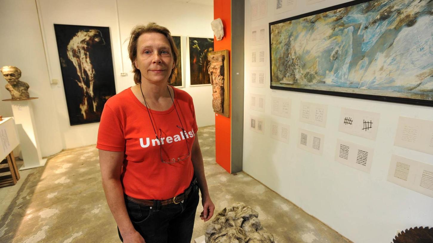 Die Ludwig-Erhard-Büste vorm Wirtschaftsrathaus ist die bekannteste Arbeit aus ihrer Fürther Schaffenszeit: Eva Hermann, hier in ihrer letzten Einzelschau 2009 im Art-Galerieladen, war vor allem als Bildhauerin sehr gefragt.